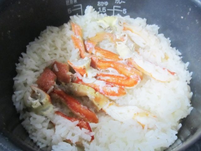 ズワイガニ足むき身で作った炊き込みご飯の炊きあがりの写真