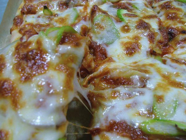 オリーブオイルとアスパラガスのピザ