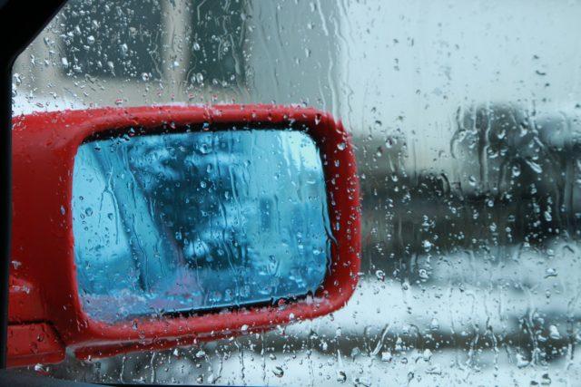 脱出用ハンマーは通販で買えます。でもその前にちょっとこれ読んで!【性能のはなし】のイメージ写真 窓ガラスが濡れている車