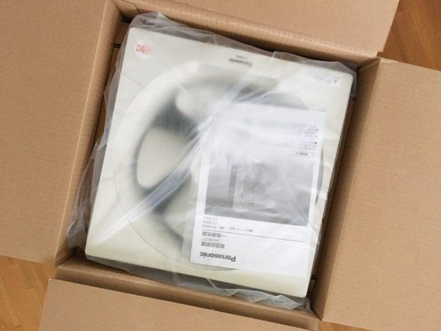 キッチンの換気扇の交換を自分でしたよ!【女ひとりで15分でOK】の箱に入っている新しい換気扇のビニール袋に入っている状態の写真