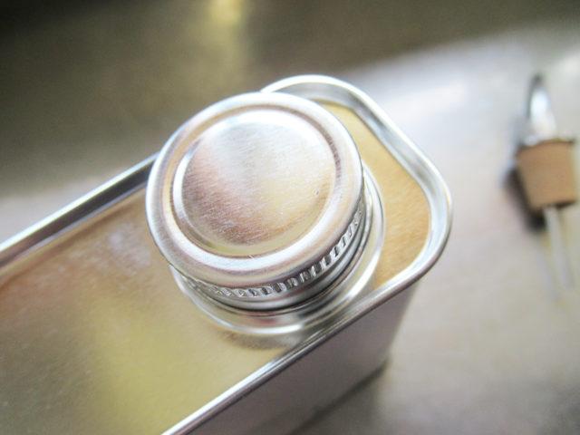 フシコス ギリシャ産エクストラバージンオリーブオイル 高級なオリーブオイルの缶のフタの写真