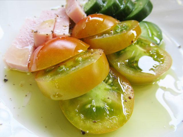 フシコス ギリシャ産エクストラバージンオリーブオイル 高級なオリーブオイルをきゅうりとトマトにかけた料理の画像
